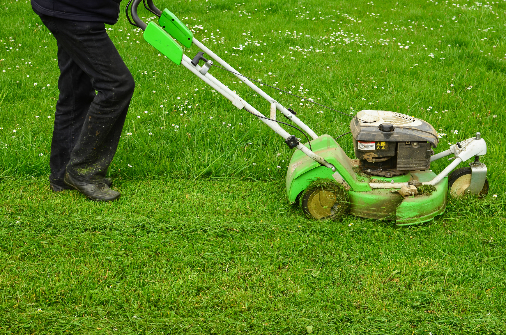 Tips for mowing a wet lawn snappy 39 s for Lawn mower cutting grass